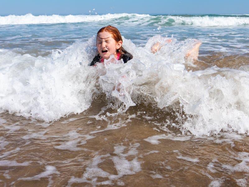 海浪的少女在Makorori海滩,在吉斯伯恩附近,新西兰 库存图片