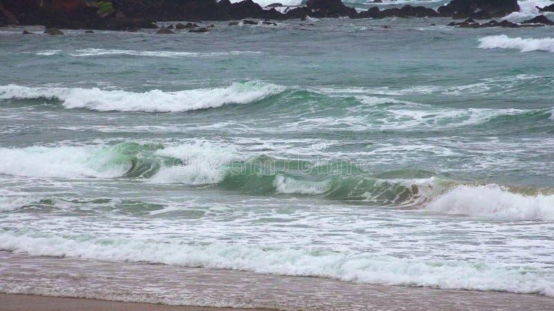 海浪临近海岸 免版税库存图片
