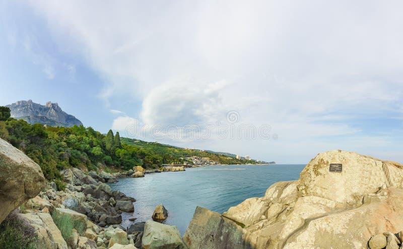 黑海海岸和岩石Aivazovsky在沃龙佐夫宫殿的南方公园 阿卢普卡,克里米亚,俄罗斯 库存图片