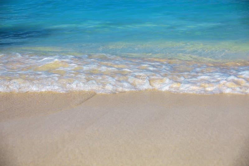 海海浪、蓝色清楚的水和白色沙子 库存图片