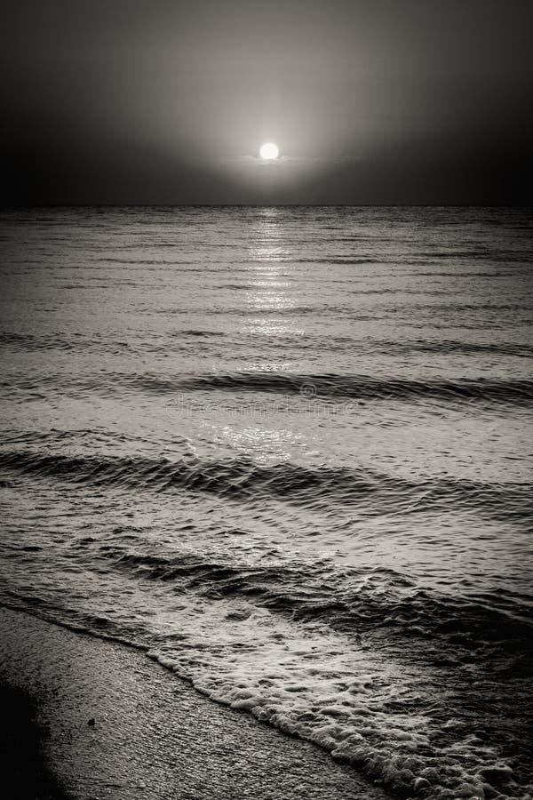 海海洋水波和太阳在日落背景 库存照片
