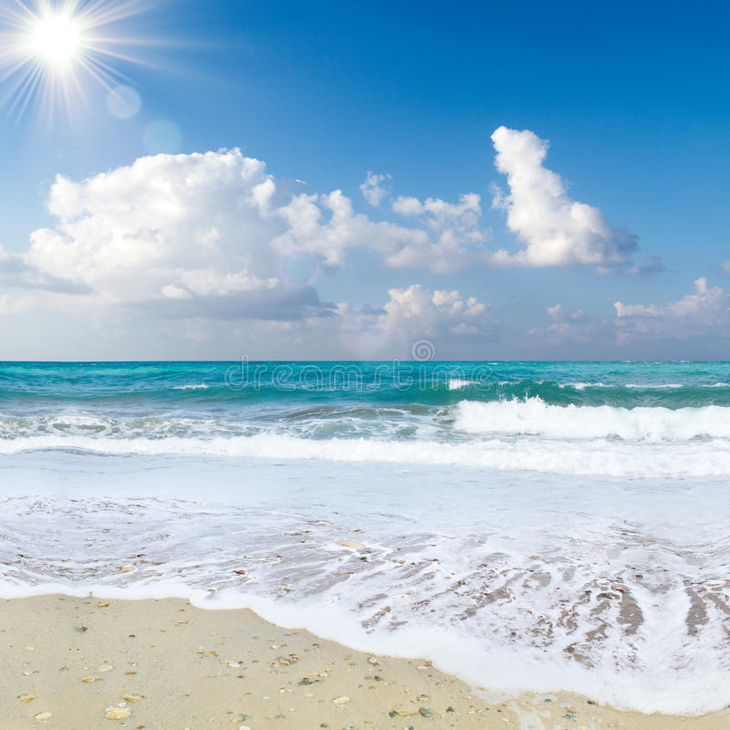 海海滩蓝天沙子太阳白天放松设计明信片和日历的风景观点在克利特,希腊, 库存图片