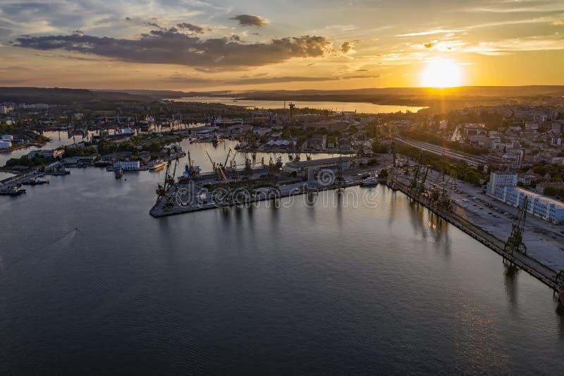 海港和工业港口区域的秀丽空中寄生虫视图 库存照片