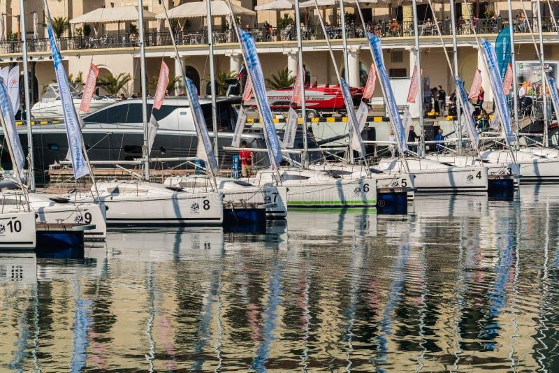 海港的看法和私有小船和游艇在码头在索契,俄罗斯 免版税图库摄影