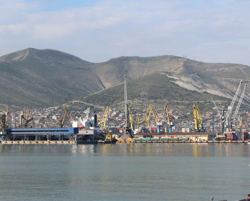 海港的看法高加索山脉 免版税库存照片
