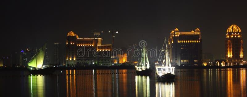 海湾单桅三角帆船西方的多哈 库存照片