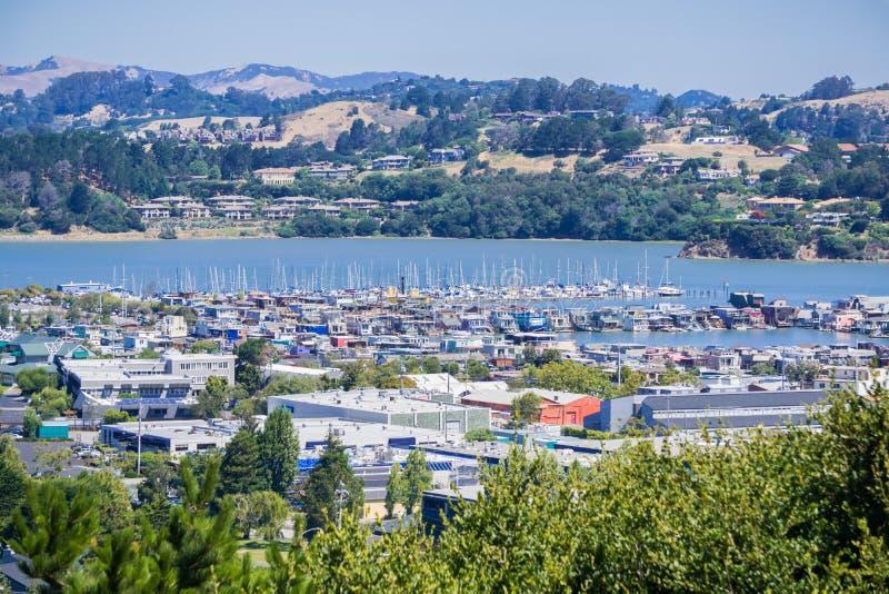 海湾和小游艇船坞的鸟瞰图从Sausalito,旧金山湾区,加利福尼亚小山  图库摄影