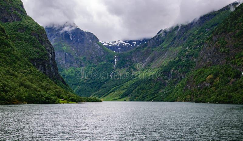 海湾和岩石的风景看法在夏天 免版税图库摄影
