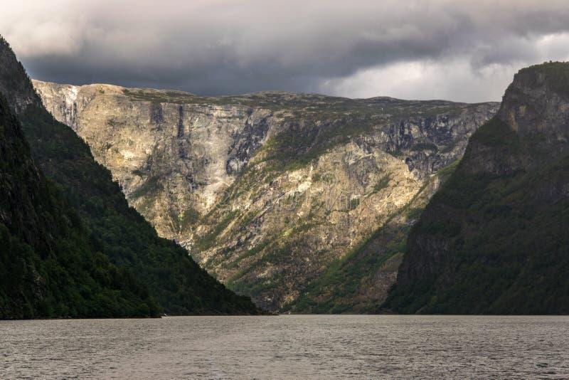 海湾和岩石的风景看法 库存图片