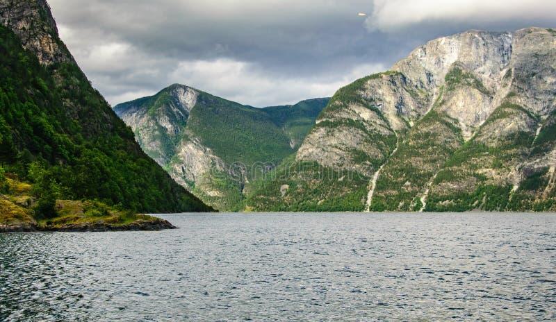 海湾和岩石的风景看法 风景看法,太阳照亮山和海湾 免版税库存照片