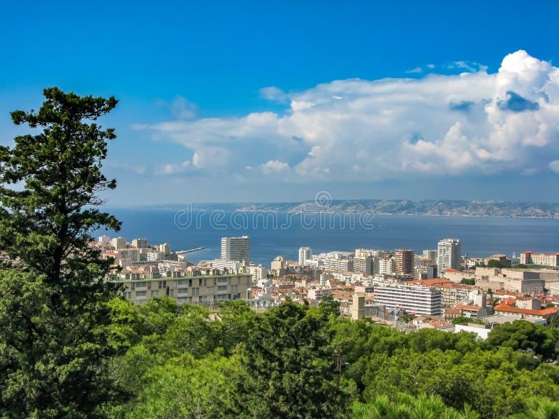 海湾和海岛的看法从小山的顶端在马赛 免版税库存图片