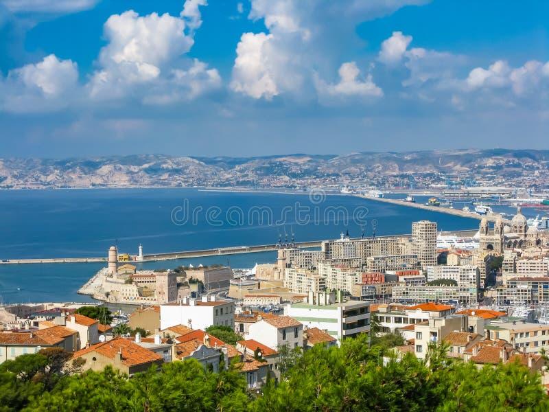 海湾和海岛的看法从小山的顶端在马赛 免版税库存照片