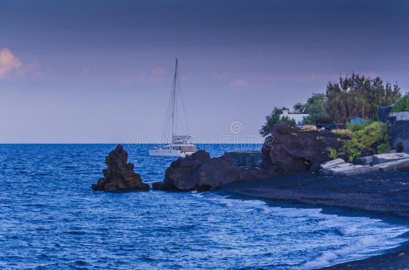 海湾和火山的海滩在stromboli海岛上 免版税库存照片