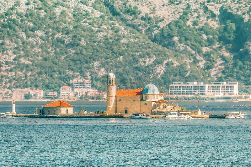 海湾在亚得里亚海 我们的岩石海岛和教会的夫人在博卡队科托尔海湾博卡队Kotorska,黑山, EU岸的Perast  免版税库存图片