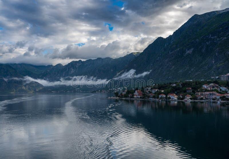 海湾或博卡队的接近的科托尔在黑山 免版税图库摄影