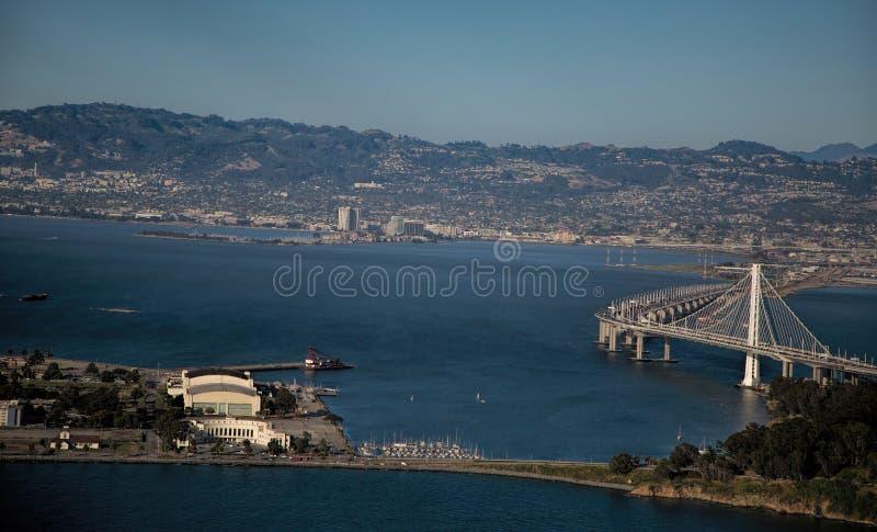 海湾桥梁向从空气的奥克兰 库存图片