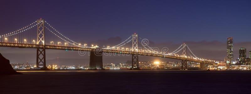 海湾桥梁在晚上 库存图片