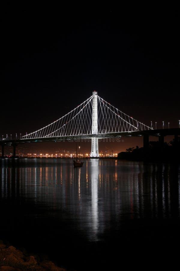 海湾桥梁夜射击新的东部间距  库存照片