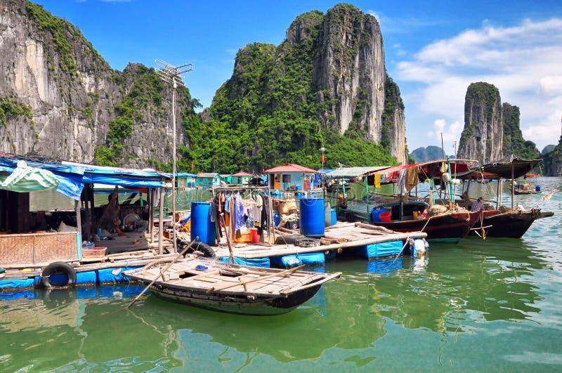 海湾浮动的halong越南村庄 免版税图库摄影