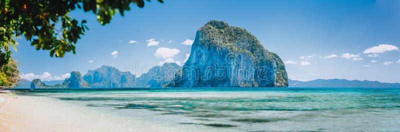 海湾海滩和山巴拉旺岛菲律宾海岛视图的小岛全景从绿松石浅海在好日子 库存图片