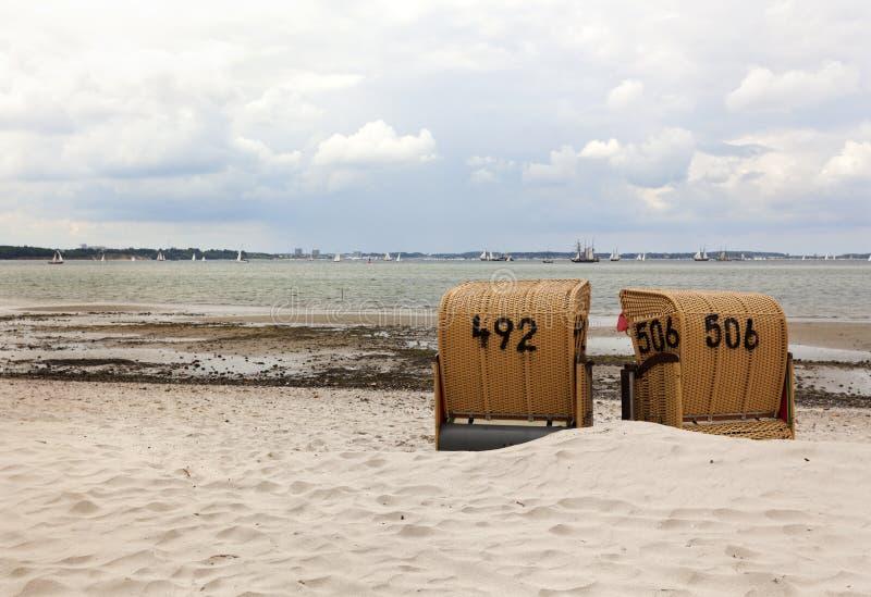 海湾海滩睡椅基尔 免版税库存图片
