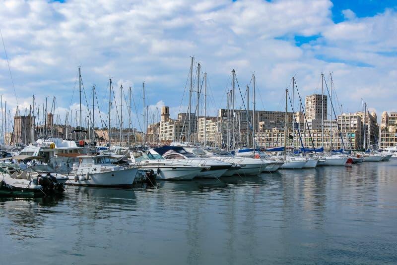 海湾的看法与小游艇船坞的在夏天在马赛 免版税库存图片