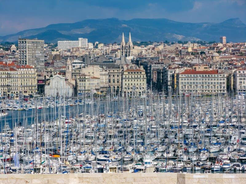 海湾的看法与小游艇船坞的在夏天在马赛 免版税库存照片