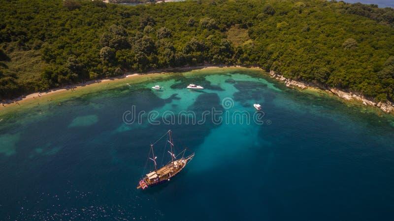 海湾的空中寄生虫英尺长度和小船在北部科孚岛希腊 图库摄影