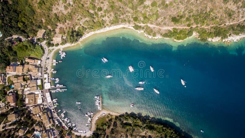 海湾的空中寄生虫英尺长度和小船在北部科孚岛希腊 库存照片