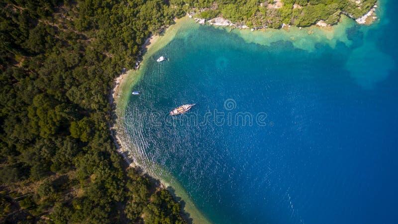 海湾的空中寄生虫英尺长度和小船在北部科孚岛希腊 库存图片