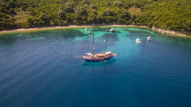 海湾的空中寄生虫英尺长度和小船在北部科孚岛希腊 免版税库存照片