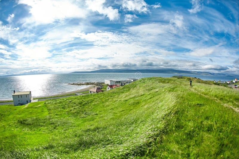 海湾的美丽的岸的一点冰岛镇 库存照片
