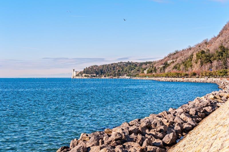 海湾的里雅斯特和Miramare城堡海景  库存图片