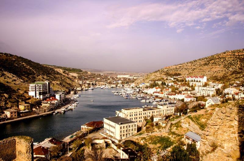 海湾,在黑海海岸的巴拉克拉法帽城市晴朗的秋天 库存图片