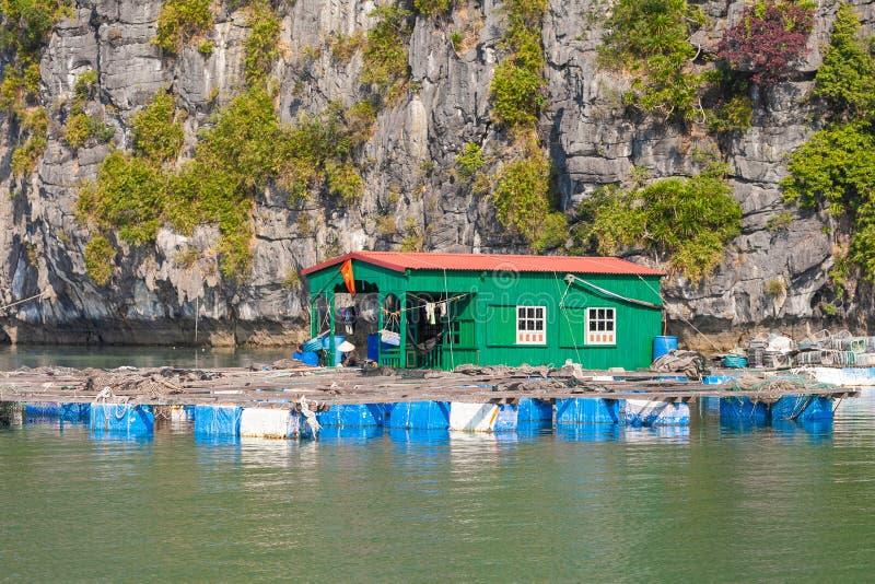 海湾ha长越南 有房子的浮动平台 免版税库存图片