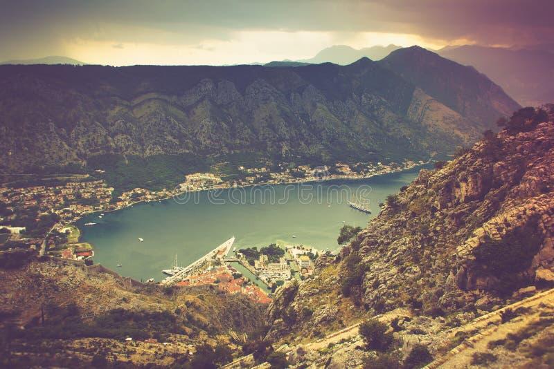 海湾kotor全景 Lovcen山在黑山 免版税库存图片