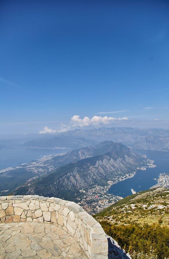 海湾kotor montenegro早晨时间 市的看法从高度的科托尔 奥地利dachstein甲板观察视图 黑山 库存图片