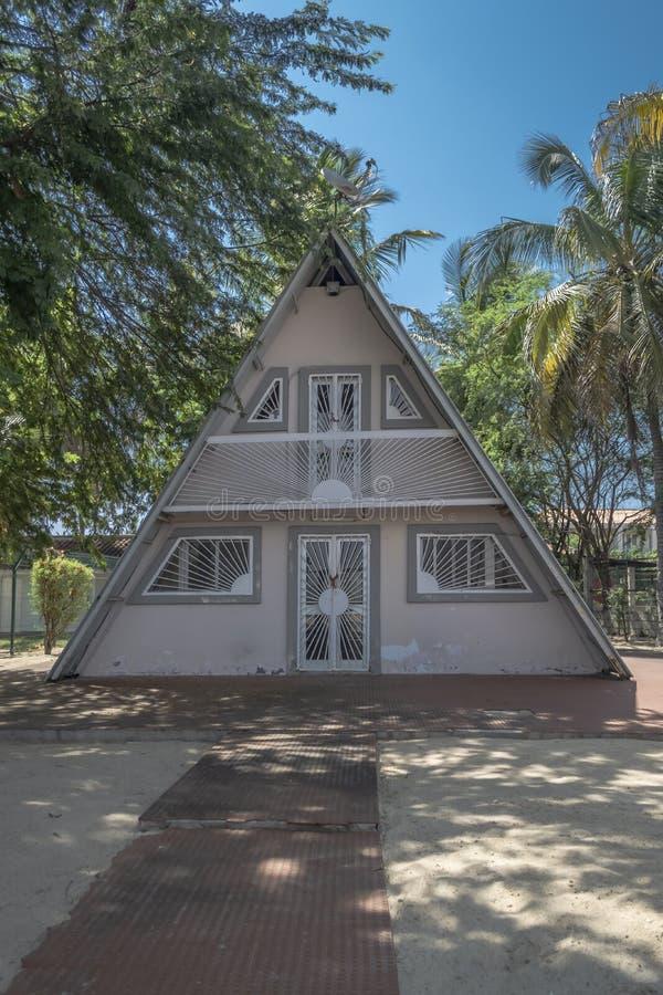 海滨别墅看法,有在三角形状的门面的 免版税库存照片