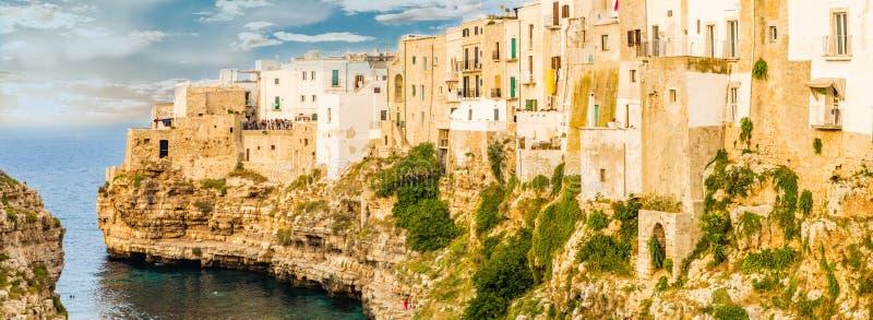 海滨村庄在南意大利 免版税库存图片