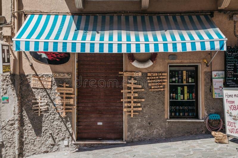 海滨村庄Manarola,闭合的餐馆在五乡地,意大利 免版税库存图片