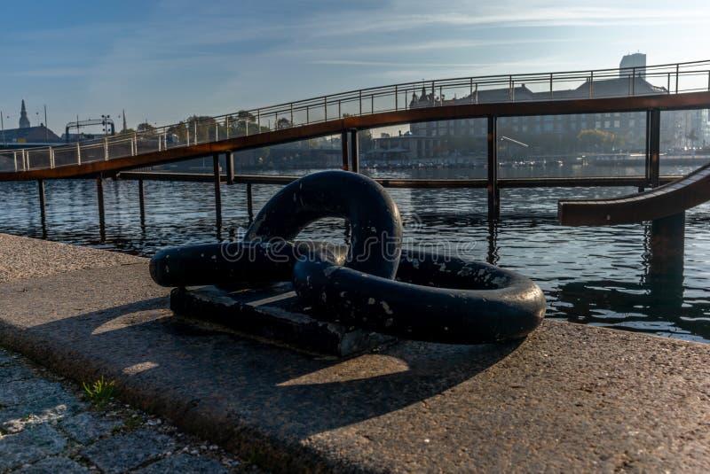 海滨桥梁和船坞在哥本哈根在一温暖的秋天天 免版税库存图片