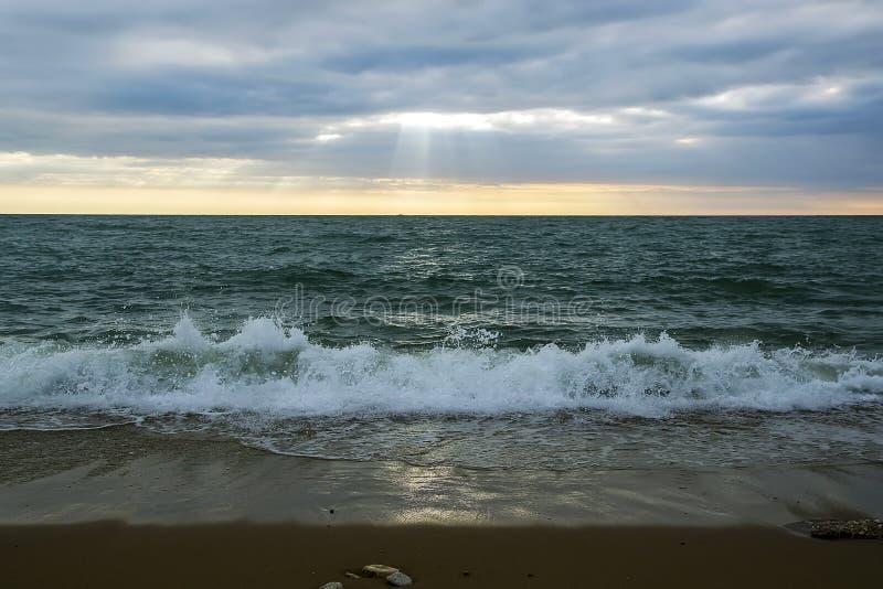 海滨的看法与一种美好的衰落和一朵沿海海浪的 免版税库存图片