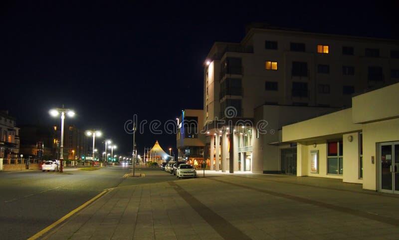 海滨长廊路上的南港剧院和会议中心大楼的夜景。2019å¹´6月28日:海滨长廊路南港剧院和会议中心大 免版税库存照片