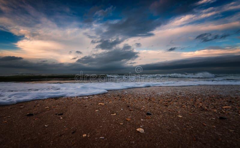 海滨,风雨如磐的海 库存图片