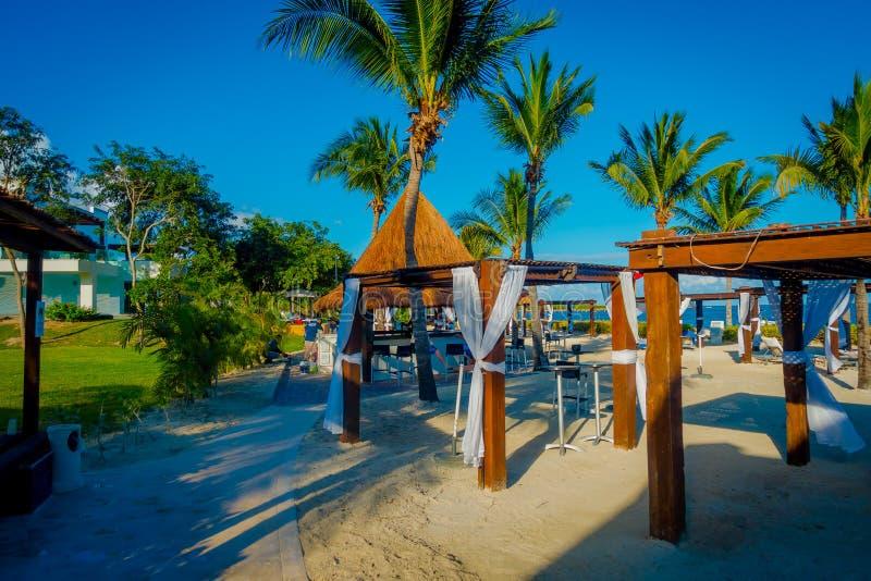 海滨DEL卡门,墨西哥- 2017年11月09日:沿海滩的美丽的小屋室外看法位于海滨del卡门 库存照片