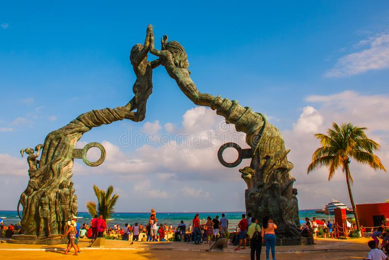 海滨del卡门,里维埃拉玛雅人,墨西哥:海滩的人们在海滨del卡门 对海滩的入口以雕塑o的形式 免版税库存图片