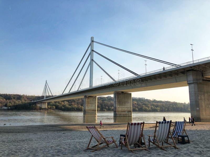 """海滩""""Štrand""""和桥梁在诺维萨德 免版税库存图片"""