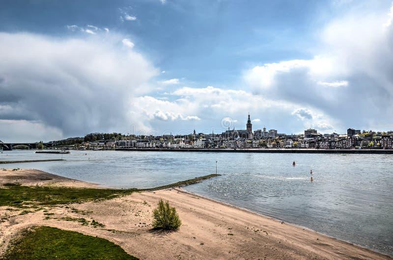 海滩、河和地平线 免版税图库摄影