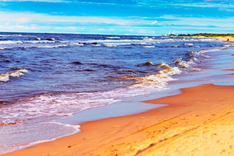 海滩、清楚的海和蓝天 库存照片
