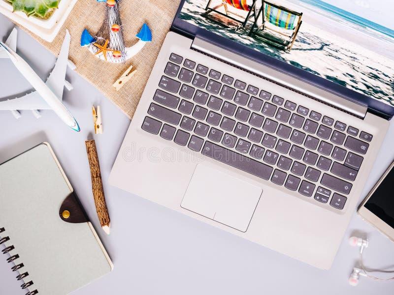 海滩与便携式计算机,笔记本的旅行概念顶视图, 库存照片